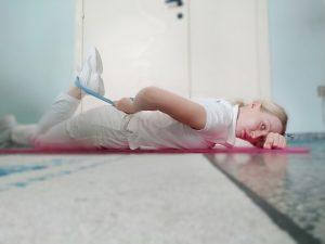 Stretching del quadricipite in posizione prona