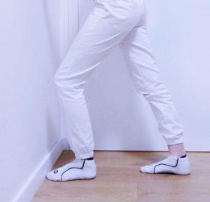 Stretching dei polpacci con il ginocchio posteriore disteso
